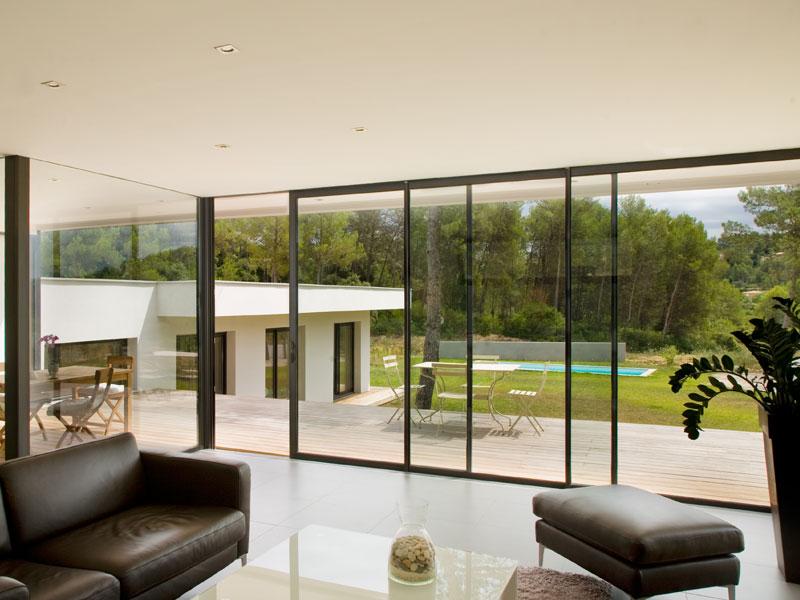 Gamme de baies vitrées pliables ou coulissantes lumineuses et robustes