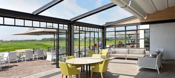Gamme de stores extérieurs sur pied, monobloc, ou avec coffre pour protéger du soleil la terrasse de votre café, hôtel ou restaurant
